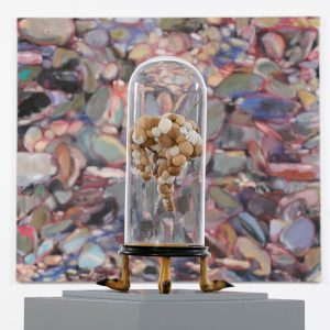 salto mortale, Stoffe, Hutnadel, Sturzglas auf Sockel mit Rehfüssen, Höhe 56 cm x 28 cm x 22 cm, 2013